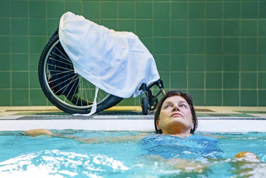 Kvinna simmar ryggsim.