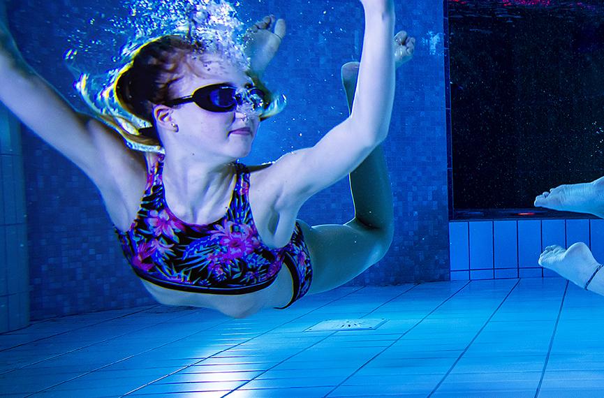 Ung tjej under vatten