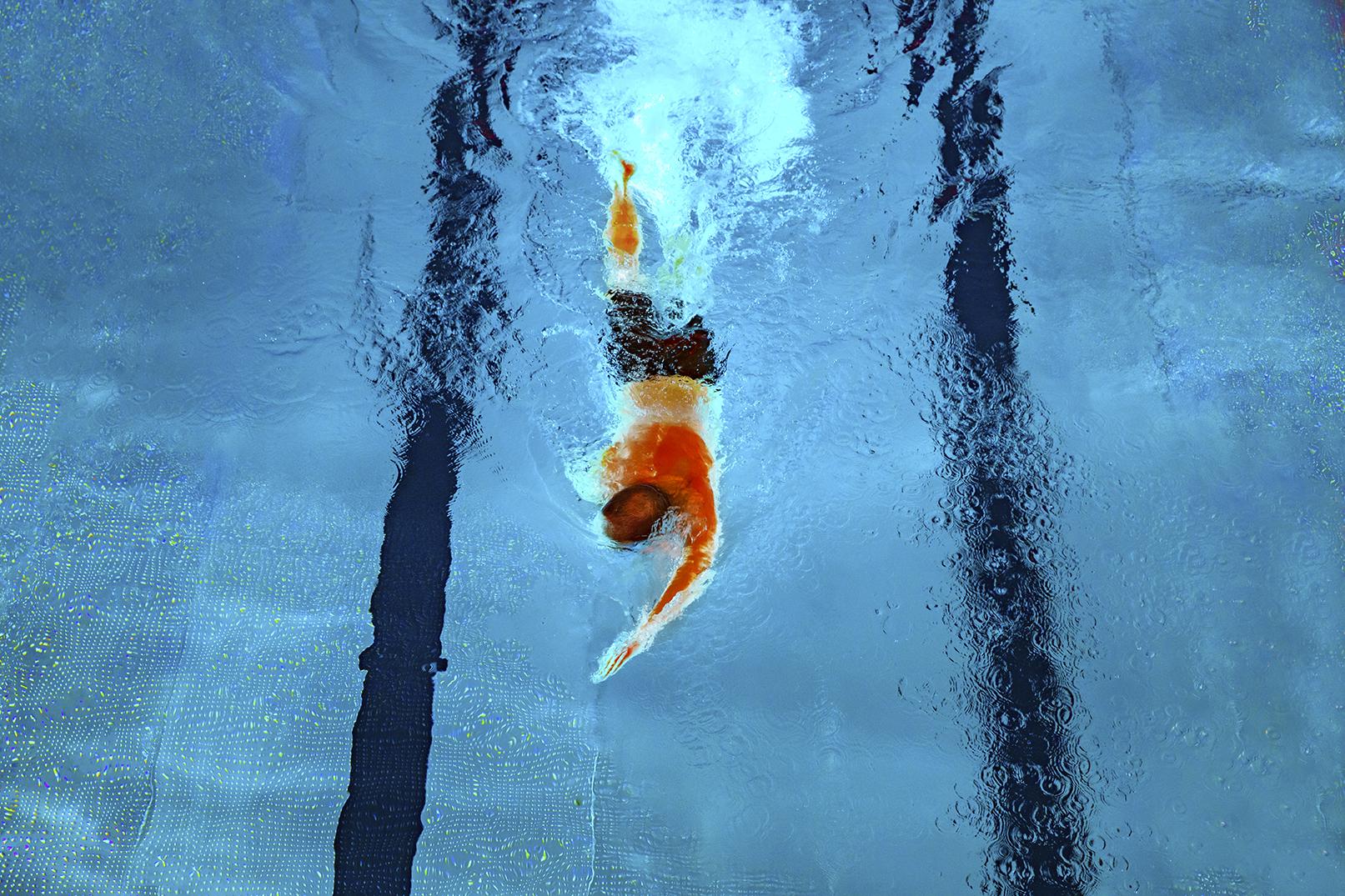 Man simmar frisim