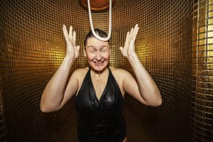 Medelålders kvinna duschar kallt